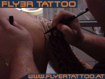 Tattoo Artist Gheorghe Carp bei Maori zeichnen